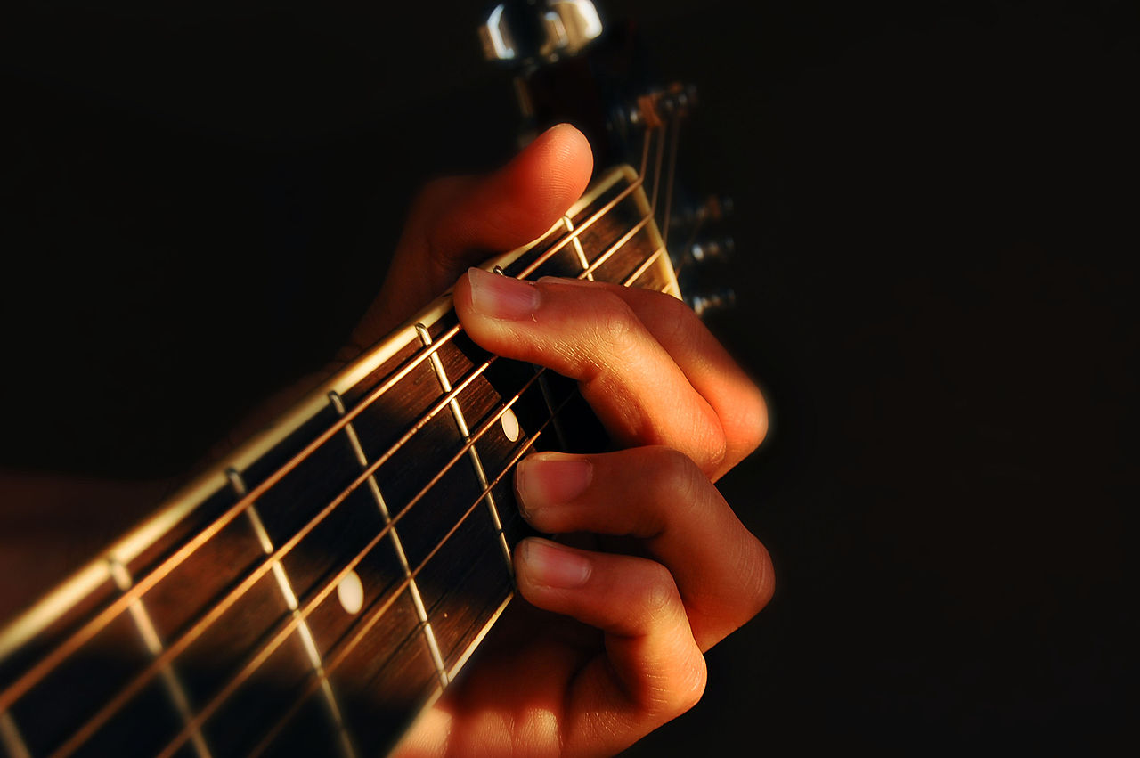 1280px-Fingers_playing_guitar